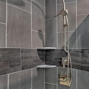 Idee per una grande stanza da bagno padronale minimal con ante lisce, ante grigie, doccia ad angolo, WC monopezzo, piastrelle grigie, piastrelle in ceramica, pareti grigie, pavimento in cementine, lavabo da incasso, top in laminato, pavimento grigio, porta doccia a battente e vasca ad alcova