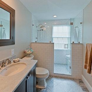 Imagen de cuarto de baño principal, clásico, pequeño, con lavabo bajoencimera, puertas de armario grises, encimera de mármol, ducha empotrada, sanitario de dos piezas, baldosas y/o azulejos blancos, baldosas y/o azulejos de cerámica, suelo de mármol, paredes grises y armarios estilo shaker