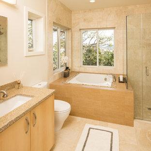 Неиссякаемый источник вдохновения для домашнего уюта: главная ванная комната среднего размера в восточном стиле с врезной раковиной, плоскими фасадами, светлыми деревянными фасадами, столешницей из гранита, японской ванной, угловым душем, бежевой плиткой, керамогранитной плиткой, бежевыми стенами и полом из керамогранита