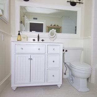 Idéer för att renovera ett stort funkis en-suite badrum, med luckor med profilerade fronter, vita skåp, en toalettstol med separat cisternkåpa, vit kakel, tunnelbanekakel, beige väggar, skiffergolv, ett undermonterad handfat, bänkskiva i kvartsit, beiget golv, ett undermonterat badkar, en hörndusch och dusch med gångjärnsdörr