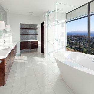 Idee per una stanza da bagno padronale design con vasca freestanding, doccia aperta, pareti bianche, pavimento in marmo, top in marmo, lastra di vetro e lavabo integrato