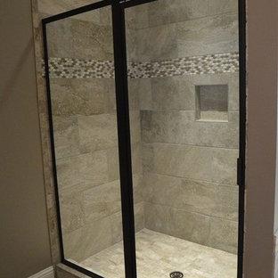 Shabby-Chic Badezimmer mit Duschnische, beigefarbenen Fliesen, Steinfliesen, brauner Wandfarbe, beigem Boden und Falttür-Duschabtrennung in Sonstige