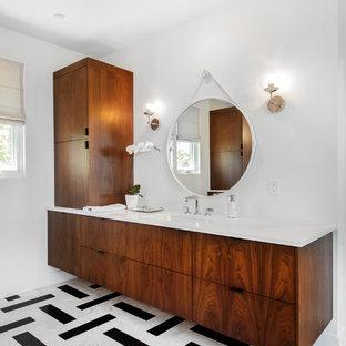 Ejemplo de cuarto de baño vintage con armarios con paneles lisos, puertas de armario de madera en tonos medios, paredes blancas, lavabo bajoencimera, suelo multicolor y encimeras blancas