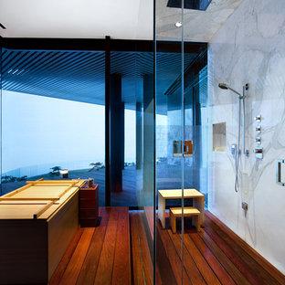 Foto de cuarto de baño principal, actual, grande, con bañera japonesa, ducha esquinera, paredes blancas y suelo de madera en tonos medios
