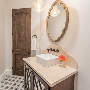 Неиссякаемый источник вдохновения для домашнего уюта: большая ванная комната в средиземноморском стиле с стеклянными фасадами, темными деревянными фасадами, унитазом-моноблоком, бежевыми стенами, полом из мозаичной плитки, накладной раковиной, мраморной столешницей и разноцветным полом
