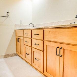 Inspiration för ett mellanstort rustikt en-suite badrum, med luckor med profilerade fronter, skåp i ljust trä, beige kakel, travertinkakel, beige väggar, travertin golv, ett undermonterad handfat och bänkskiva i kvarts