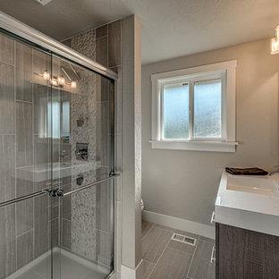 Esempio di una piccola stanza da bagno padronale moderna con ante lisce, ante grigie, piastrelle verdi, piastrelle in ceramica, pareti grigie, pavimento con piastrelle in ceramica e top in quarzo composito