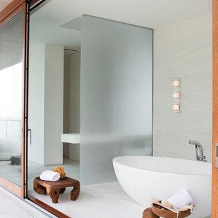 Diseño de cuarto de baño principal, asiático, grande, con armarios abiertos, bañera japonesa, paredes blancas, suelo de baldosas de porcelana y suelo blanco
