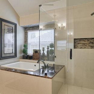 Foto di una stanza da bagno padronale classica di medie dimensioni con vasca da incasso, pareti beige, pavimento con piastrelle in ceramica, ante con bugna sagomata, ante in legno bruno, doccia ad angolo, lavabo sottopiano e top in granito