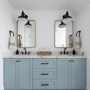 Inspiration för lantliga flerfärgat badrum, med skåp i shakerstil, blå skåp, vita väggar, ett undermonterad handfat och svart golv