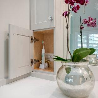 Inspiration för ett stort vintage en-suite badrum, med luckor med infälld panel, vita skåp, ett fristående badkar, en hörndusch, vit kakel, stenhäll, vita väggar, marmorgolv, ett undermonterad handfat och bänkskiva i akrylsten