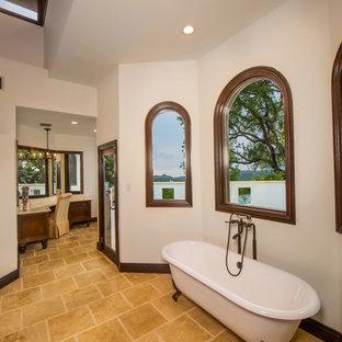 Неиссякаемый источник вдохновения для домашнего уюта: большая главная ванная комната в средиземноморском стиле с фасадами с утопленной филенкой, фасадами цвета дерева среднего тона, ванной на ножках, душем в нише, бежевой плиткой, терракотовой плиткой, белыми стенами, полом из терракотовой плитки, врезной раковиной и столешницей из гранита