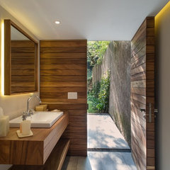 contemporary bathroom by RHYZOMA - Arquitectura / Diseño