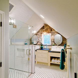 Réalisation d'une salle de bain tradition avec un lavabo posé, un carrelage métro et un carrelage noir et blanc.