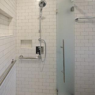 Immagine di una grande stanza da bagno padronale moderna con ante lisce, ante in legno chiaro, doccia a filo pavimento, WC monopezzo, piastrelle bianche, piastrelle diamantate, pareti bianche, pavimento in linoleum, lavabo da incasso, top in quarzite, pavimento grigio e top grigio