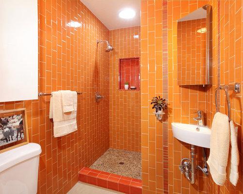 Stanza da bagno con pavimento con piastrelle di ciottoli e