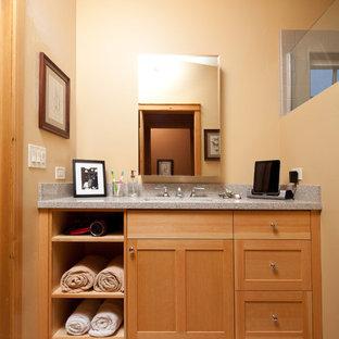 Imagen de cuarto de baño principal, de estilo americano, pequeño, con lavabo bajoencimera, armarios estilo shaker, puertas de armario de madera clara, encimera de cuarzo compacto, paredes beige y suelo de linóleo
