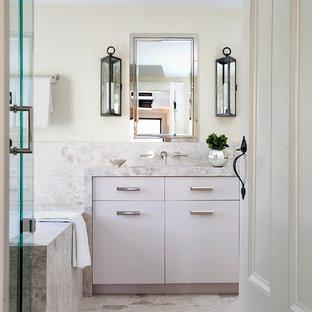 Ispirazione per una stanza da bagno moderna con ante lisce, ante viola, vasca sottopiano, doccia ad angolo, piastrelle di marmo, pareti bianche, top in marmo, porta doccia a battente e top beige