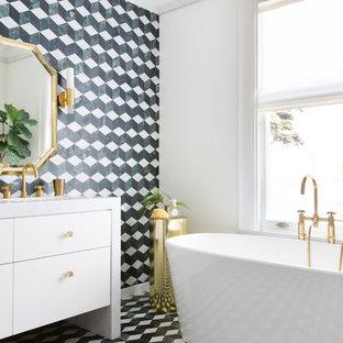 Новый формат декора квартиры: главная ванная комната в стиле современная классика с мраморной плиткой, мраморным полом, мраморной столешницей, белыми фасадами, отдельно стоящей ванной, зеленой плиткой, зелеными стенами, зеленым полом и белой столешницей