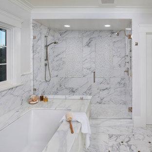 Bild på ett medelhavsstil badrum, med ett undermonterat badkar, en dubbeldusch, vit kakel och marmorkakel
