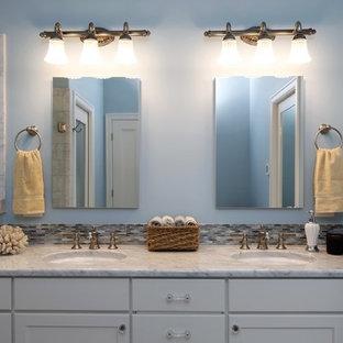 Ispirazione per una grande stanza da bagno padronale vittoriana con ante con riquadro incassato, ante bianche, doccia ad angolo, WC a due pezzi, piastrelle bianche, piastrelle di vetro, pareti blu, pavimento in marmo, lavabo sottopiano e top in marmo