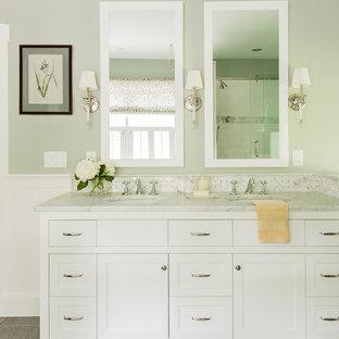 Diseño de cuarto de baño principal, tradicional, de tamaño medio, con armarios tipo mueble, puertas de armario blancas, bañera con patas, ducha abierta, sanitario de una pieza, baldosas y/o azulejos en mosaico, paredes verdes, suelo de baldosas de cerámica, lavabo bajoencimera, encimera de mármol y baldosas y/o azulejos grises