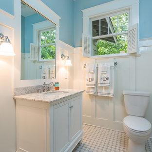 Immagine di una stanza da bagno con doccia american style con lavabo sottopiano, ante in stile shaker, ante bianche, top in marmo, doccia alcova, WC a due pezzi, piastrelle bianche, piastrelle a mosaico, pareti blu e pavimento con piastrelle a mosaico