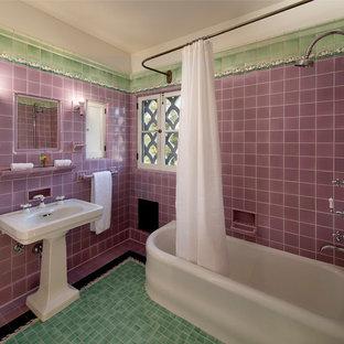 Kleines Mediterranes Badezimmer En Suite mit Eckbadewanne, Duschbadewanne, farbigen Fliesen, Keramikfliesen, lila Wandfarbe, Keramikboden und Sockelwaschbecken in Los Angeles