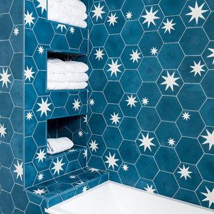 Foto de cuarto de baño tradicional con baldosas y/o azulejos azules, baldosas y/o azulejos de cemento, suelo de azulejos de cemento y suelo azul