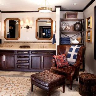 Foto di una grande stanza da bagno padronale chic con ante con bugna sagomata, ante in legno bruno, pareti beige, lavabo sottopiano, top in pietra calcarea e pavimento beige