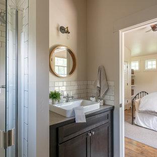 На фото: маленькая ванная комната в стиле современная классика с фасадами в стиле шейкер, темными деревянными фасадами, душем в нише, белой плиткой, плиткой кабанчик, бежевыми стенами, паркетным полом среднего тона, душевой кабиной, настольной раковиной, столешницей из ламината, коричневым полом, душем с распашными дверями и бежевой столешницей