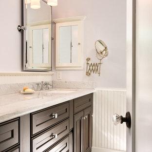 Klassisches Badezimmer mit Unterbauwaschbecken, Schrankfronten mit vertiefter Füllung, dunklen Holzschränken, Marmor-Waschbecken/Waschtisch, lila Wandfarbe und Mosaik-Bodenfliesen in San Diego