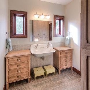 Idee per una stanza da bagno per bambini chic con lavabo rettangolare, piastrelle beige e ante in legno chiaro