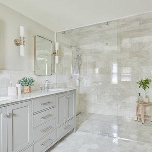 Inspiration pour une salle de bain principale traditionnelle avec un placard à porte shaker, des portes de placard grises, une douche à l'italienne, un carrelage gris, du carrelage en marbre, un mur gris, un sol en marbre, un plan de toilette en marbre, un sol gris, une cabine de douche à porte battante, un plan de toilette gris, meuble double vasque, un lavabo encastré et meuble-lavabo sur pied.