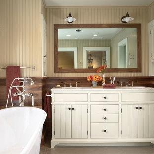 Идея дизайна: главная ванная комната среднего размера в стиле кантри с врезной раковиной, мраморной столешницей, отдельно стоящей ванной, бежевыми стенами, деревянным полом и белыми фасадами