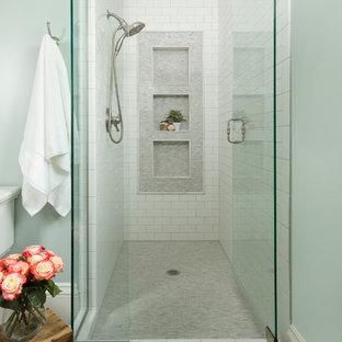 Свежая идея для дизайна: главная ванная комната среднего размера в классическом стиле с врезной раковиной, черной плиткой, каменной плиткой, синими стенами, полом из керамической плитки, душем в нише и нишей - отличное фото интерьера
