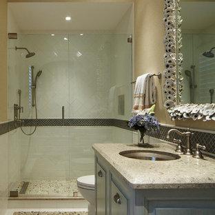 Idee per un'ampia stanza da bagno con doccia tropicale con ante con riquadro incassato, ante bianche, top in marmo, piastrelle beige, piastrelle in pietra, doccia alcova, lavabo rettangolare, pareti beige e pavimento in marmo