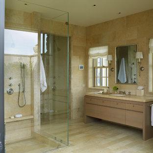 Modelo de cuarto de baño principal, campestre, grande, con armarios con paneles lisos, puertas de armario marrones, baldosas y/o azulejos beige, losas de piedra, paredes beige, suelo de contrachapado, lavabo encastrado, encimera de mármol, suelo beige, ducha abierta y encimeras marrones