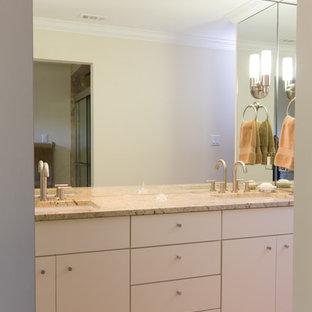 Modelo de cuarto de baño actual, de tamaño medio, con puertas de armario blancas, paredes blancas, suelo de baldosas de porcelana, lavabo bajoencimera, baldosas y/o azulejos multicolor, baldosas y/o azulejos con efecto espejo, encimera de granito, suelo beige y encimeras blancas