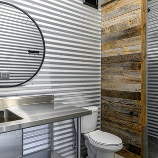 Пример оригинального дизайна: маленькая ванная комната в стиле лофт с открытыми фасадами, серыми фасадами, унитазом-моноблоком, серой плиткой, металлической плиткой, серыми стенами, монолитной раковиной, столешницей из нержавеющей стали, серым полом, серой столешницей и полом из сланца