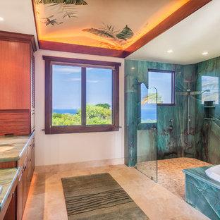 Immagine di una grande stanza da bagno padronale tropicale con ante a persiana, ante in legno scuro, vasca da incasso, doccia aperta, WC monopezzo, piastrelle blu, piastrelle di ciottoli, pareti beige, pavimento in pietra calcarea, lavabo sottopiano e top in granito