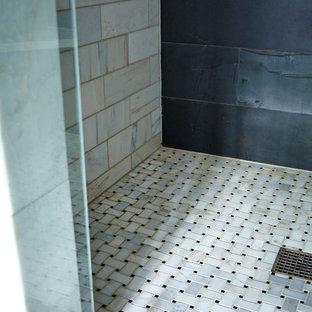 Diseño de cuarto de baño principal, tradicional renovado, de tamaño medio, con ducha empotrada, baldosas y/o azulejos grises, baldosas y/o azulejos de piedra y paredes grises