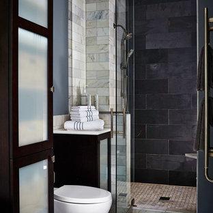Ejemplo de cuarto de baño principal, tradicional renovado, de tamaño medio, con bañera exenta, ducha empotrada, baldosas y/o azulejos grises, lavabo bajoencimera, armarios tipo vitrina, puertas de armario de madera en tonos medios, encimera de cuarzo compacto, sanitario de una pieza, paredes grises y baldosas y/o azulejos de pizarra