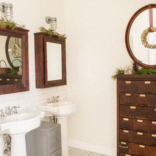 Diseño de cuarto de baño rústico con lavabo con pedestal