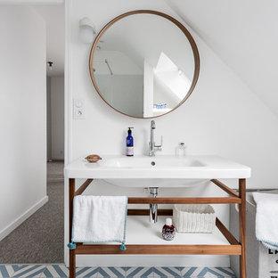 Aménagement d'une salle de bain contemporaine de taille moyenne pour enfant avec un placard en trompe-l'oeil, des portes de placard en bois sombre, une douche ouverte, un carrelage blanc, un mur blanc, un sol en carrelage de céramique, un plan vasque, un sol bleu, aucune cabine et un plan de toilette blanc.