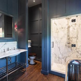 Inspiration för klassiska vitt badrum, med en dusch i en alkov, en toalettstol med separat cisternkåpa, vit kakel, stenhäll, grå väggar, mörkt trägolv, ett undermonterad handfat, brunt golv och dusch med gångjärnsdörr