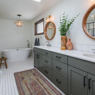 Idee per una stanza da bagno country con ante in stile shaker, ante grigie, vasca freestanding, piastrelle bianche, pareti bianche, pavimento con piastrelle a mosaico, lavabo sottopiano, pavimento bianco e top bianco