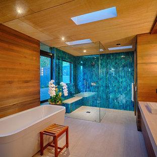 サンディエゴのコンテンポラリースタイルのおしゃれなマスターバスルーム (ベッセル式洗面器、置き型浴槽、バリアフリー、ベージュのタイル) の写真