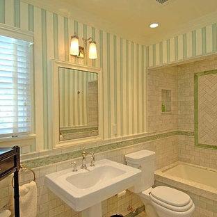 Modelo de cuarto de baño bohemio, pequeño, con baldosas y/o azulejos azules, baldosas y/o azulejos blancos, baldosas y/o azulejos de mármol, paredes azules y lavabo con pedestal