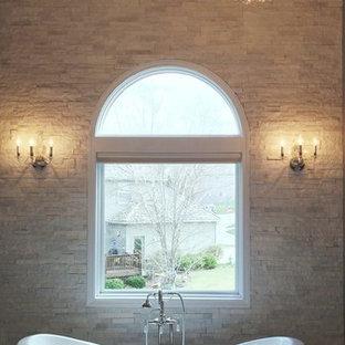 Ejemplo de cuarto de baño principal, clásico, grande, con armarios estilo shaker, puertas de armario blancas, bañera con patas, baldosas y/o azulejos grises, baldosas y/o azulejos blancos, baldosas y/o azulejos de piedra, encimera de mármol, ducha esquinera, lavabo bajoencimera, paredes grises y suelo de mármol